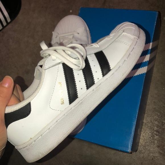 Le adidas superstar poshmark bianco nero